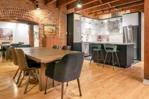 Rénovation loff vieux montréal par designer cuisine ouverte sur salon