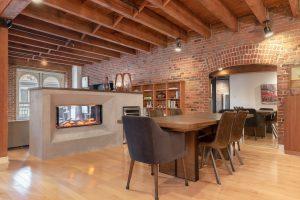 Rénovation loff vieux montréal par designer salle à manger avec foyer traversant