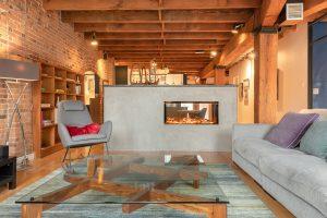 Rénovation loff vieux montréal par designer salon avec foyer traversant