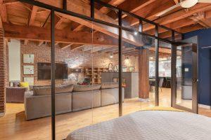 Rénovation loff vieux montréal par designer verriere chambre